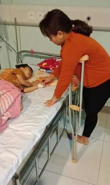 Chị Đỗ Thị Minh, mẹ Hiếu bị tai nạn cắt cụt chân trái sau khi sinh Hiếu được 7 tháng. Thời gian đầu con bị bệnh nằm viện, người mẹ khuyết tật cùng chồng chăm con. Ảnh: Nhân vật cung cấp