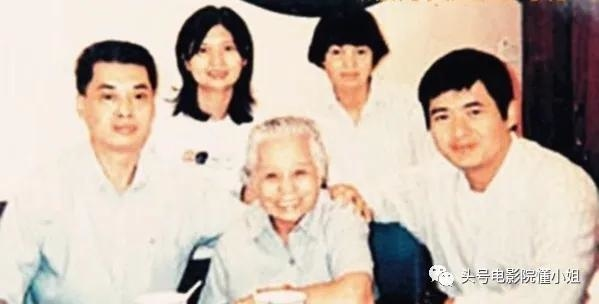 Châu Nhuận Phát (ngoài cùng phải), bên mẹ và các chị em. Đằng sau thành công của tài tử có công lớn của người mẹ Trần Lệ Phương. Năm 2008, bà được trao danh hiệu Người mẹ xuất sắc, tại Giải thưởng Người Hoa Nổi bật Thế giới. Ảnh: Zhuanlan.