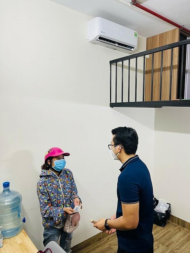 Bên cạnh việc cho người khó khăn ở miễn phí, mỗi ngày anh Nguyễn Xuân Thông còn hỗ trợ 50.000 đồng một người để mua thực phẩm. Ảnh: Lệnh Thắng.
