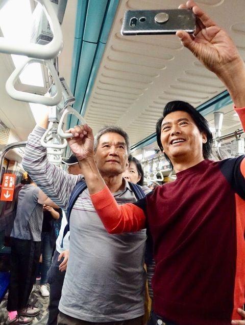 Nam diễn viên hay chụp ảnh tự sướng với người hâm mộ, thoải mái ăn vỉa hè hay ngủ gà gật trên tàu điện. Ảnh: Zhuanlan.
