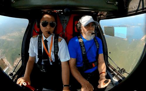 Ông Wang thực hành bay để trở thành phi công lớn tuổi nhất Trung Quốc. Ảnh: Sohu.