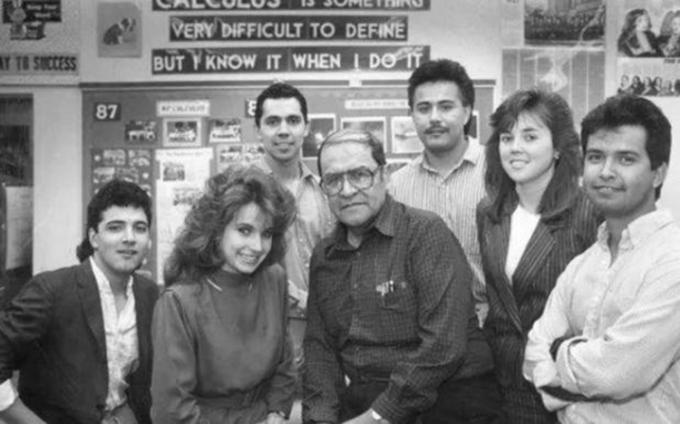 Jaime Escalante bên những học sinh đầu tiên đã vào được những tường danh tiếng của Mỹ. Ảnh: journalnegroed.org