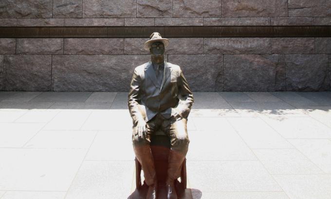 Tượng tổng thống Franklin D. Roosevelt ngồi xe lăn ở thủ đô Washington, Mỹ tháng 5/2008. Ảnh: AP.