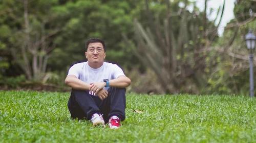 Tyler Huang, 23 tuổi, sinh ra trong gia đình giàu có nhưng cuộc sống không hề dễ chịu với anh từ nhỏ tới lớn. Ảnh: Vice