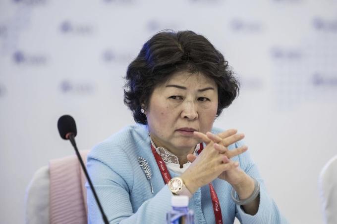 Bà Zhang Yin trong buổi họp báo công bố khả năng hồi phục sau Covid-19 của Nine Dragons Papers, tháng 2/2020. Ảnh: Bloomberg.