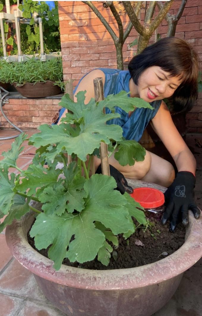 Chị Huệ tái chế rác thải thành phân bón cho cây.