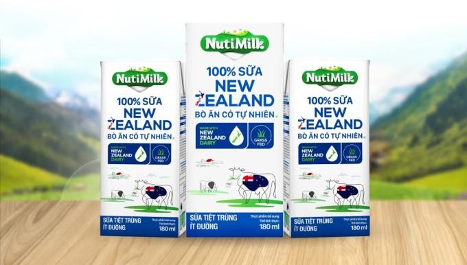 Sản phẩm NutiMilk 100% Sữa New Zealand Bò Ăn Cỏ Tự Nhiên Ít Đường được Nutifood trợ giá 50% tại Hà Nội. Ảnh: Nutifood
