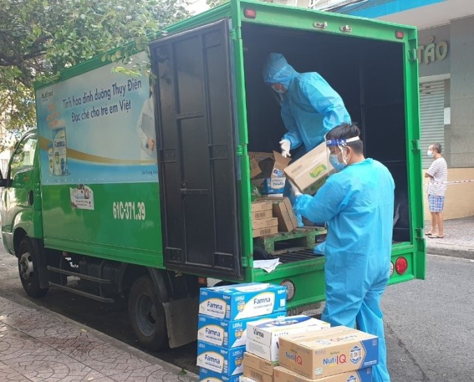 Nhân viên Nutifood giao sữa trợ giá tận nhà cho khách hàng tại TP HCM hồi đầu tháng 9. Ảnh: XIN TÊN NGƯỜI CHỤP