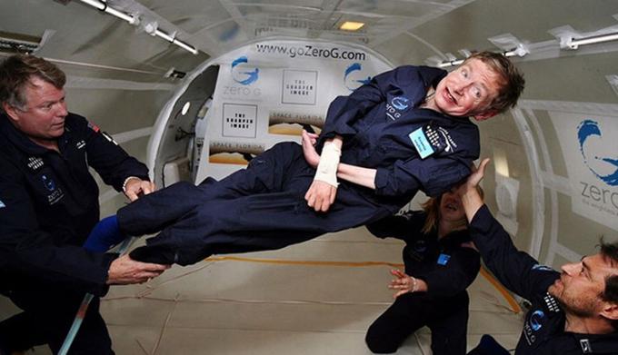 Ở tuổi 65, Stephen Hawking tham gia một chuyến bay không trọng lực, dù biết nó rất mạo hiểm. Ông cho biết rằng: Tôi muốn cho mọi người thấy rằng những hạn chế về thể xác cũng không khiến chúng ta đui chột về tinh thần và niềm tin. Ảnh: CNN