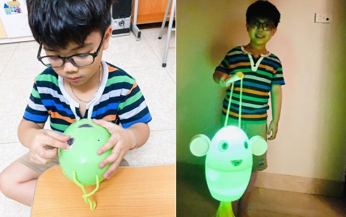 Đèn trung thu làm bằng khủng long của bé Quốc Tuấn, 6 tuổi, con chị Liên. Ảnh: Nhân vật cung cấp.