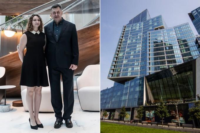 Bác sĩ phẫu thuật Pitman cùng con gái, bên phải là tòa nhà Waterline Square mà họ đang thuê một căn. Ảnh: Nypost