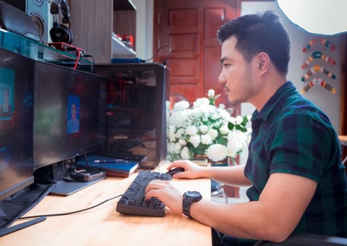 Anh Ân chỉnh sửa ảnh cho nạn nhân Covid-19. Cuối tháng 8, khi lượng người ở TP HCM mất vì Covid-19 tăng, anh cũng phải ngồi vào máy tính đến 1 - 2 giờ sáng. Ảnh nhân vật cung cấp