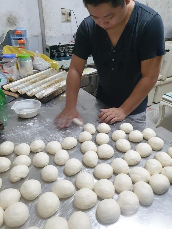 Anh Phạm Duy Anh học làm bánh vì thích nhưng nay biến kỹ năng thành kế sinh nhai. Ảnh: NVCC