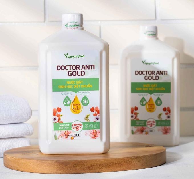 Nước giặt Doctor Anti Gold Vinanutrifood sử dụng công nghệ sinh học giặt tẩy, giúp làm sạch các loại vết bẩn bám trên quần áo. Thành phần chiết xuất từ dầu dừa SLES 15%, plantacare 1200UP 5%, dehy LS7 5%, dehy 2066 5%, WS1 0,5%, Nacl 1%, chlohexidine digluconat 2%, bezal konium clorid 1,5%, nanno bạc 0,02%, glycerin 1%, menthol crytal 2% và nước tinh khiết vừa đủ 100%. Sản phẩm có khả năng làm mềm vải, sạch kim loại nặng, khử mùi và cho hương thơm dịu nhẹ. Nước giặt có giá 155.000 đồng, giảm 9% so với giá gốc.