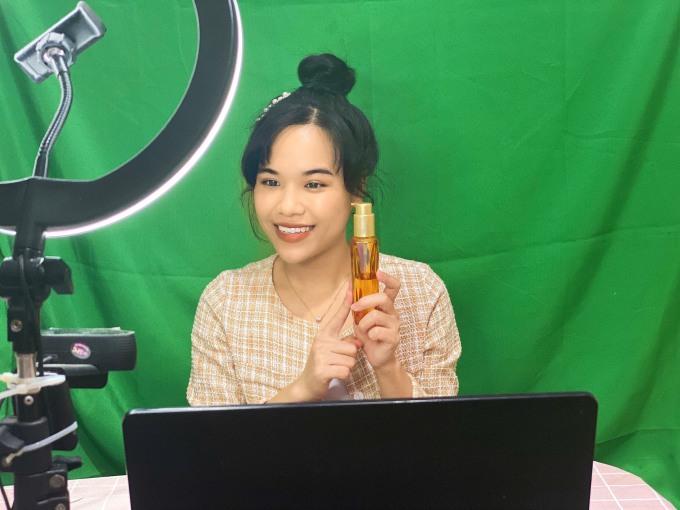 Quỳnh Nga giới thiệu một sản phẩm dưỡng tóc với khán giả trên kênh LazLive của Lazada. Ảnh: nhân vật cung cấp
