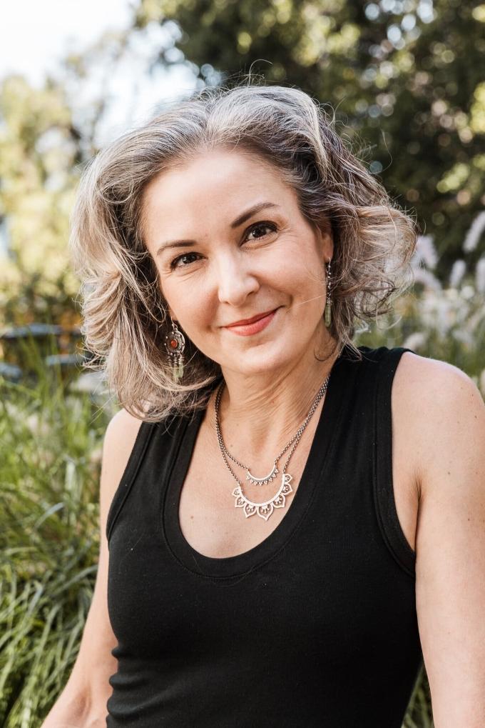 Với Susan Gray, để tóc bạc là tuân theo quy luật tự nhiên. Ảnh: New York Times