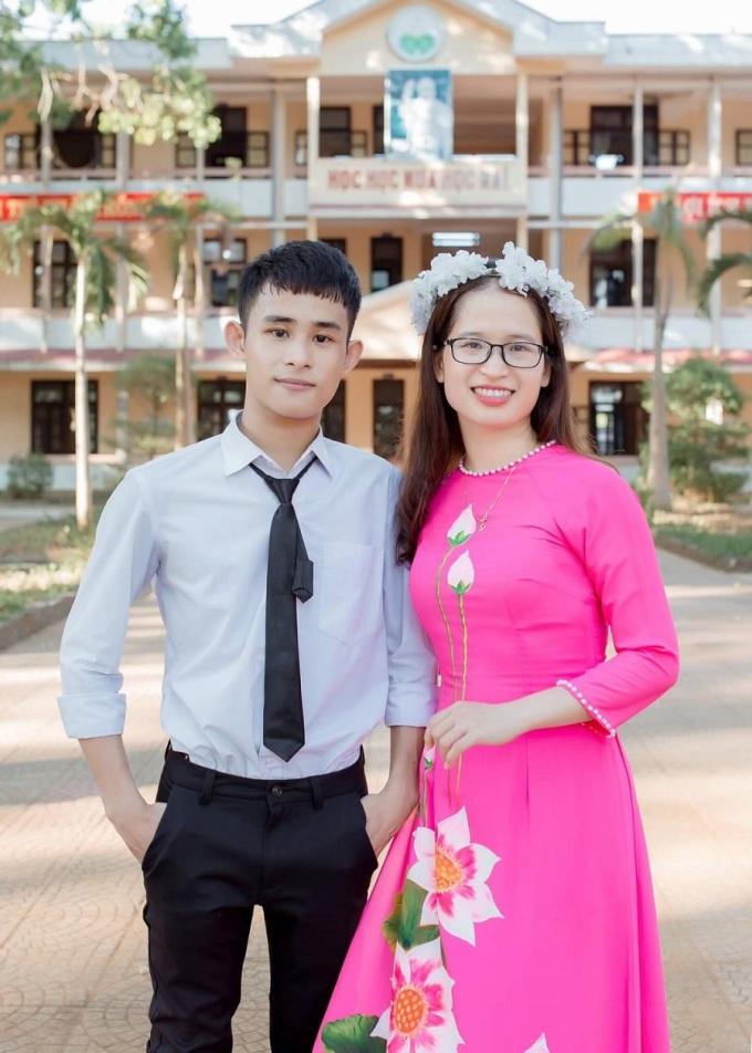 Cô Thùy Linh là người động viên, khích lệ giúp Tường từ cậu học sinh rụt rè, tự ti trở nên tự tin. Hai cô trò chụp hình kỷ niệm ngày Tường tốt nghiệp, tháng 7/2020. Ảnh Nhân vật cung cấp