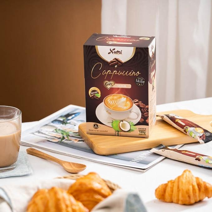 Cà phê capuchino dừa Vinanutrifood C03 là sự kết hợp giữa hương vị cà phê đặc trưng cùng vị dừa truyền thống với thành phần gồm bột cà phê hòa tan, bột cốt dừa, bột kem thực vật (non dairy creamer), bột màu thực vật (caramen), hương dừa. Sản phẩm được người uống đánh giá có hương vị mới mẻ, tạo cảm giác thư thái khi thưởng thức. Khi uống, pha một gói với 80 - 100 ml nước nóng hoặc ấm, có thể uống ấm hoặc thêm đá lạnh tùy khẩu vị. Một hộp 12 gói, mỗi gói 15 gram đang được được bán với giá ưu đãi 62.000 đồng.