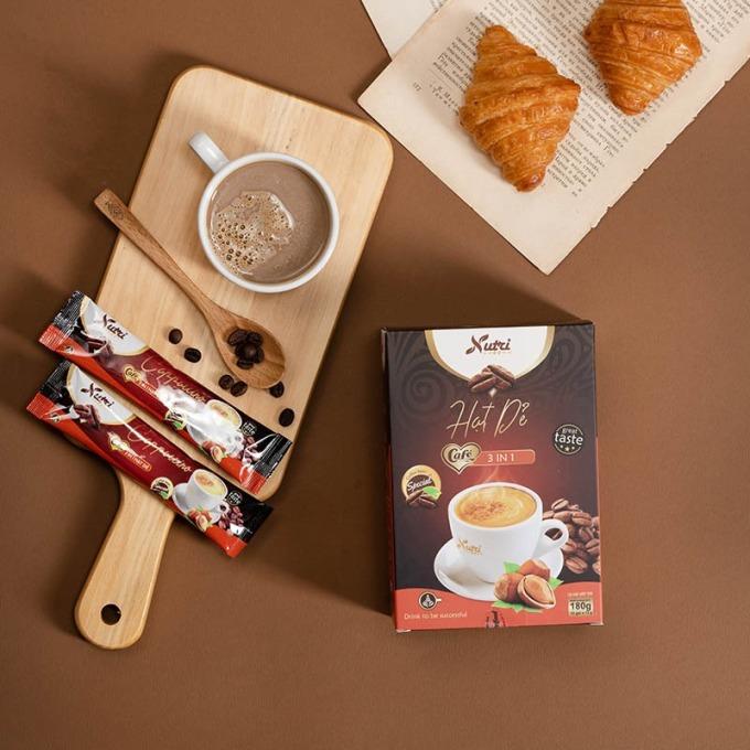 Cà phê Capuchino 3 in 1 vị hạt dẻ là loại cà phê hòa tan, vị béo của kem sữa kết hợp với hạt cà phê rang xây cùng hương hạt dẻ, tạo cảm giác mới lạ so với loại cà phê pha sẵn truyền thống. Sản phẩm có giá 56.000 đồng, hộp 12 gói, mỗi gói 15 gram.