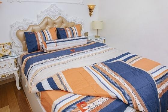 Bộ drap sọc cam xanh cotton giảm còn 1,17 triệu đồng (giá gốc 2,6 triệu đồng); gồm: một drap đủ các kích cỡ, hai vỏ gối nằm 40 cm x 60 cm, một vỏ gối ôm 37 cm x 100 cm. Bộ gối bọc có loại: 140 cm x 200 cm (Double bed size); 160 cm x 200 cm (Queen size); 180 cm x 200 cm (King size).