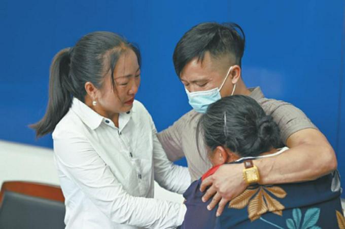 Cuộc hội ngộ của gia đình bà Mã Kế Minh và con trai Dư Chính Quỳnh ngày 23/9 tại Hà Bắc. Ảnh: sina.