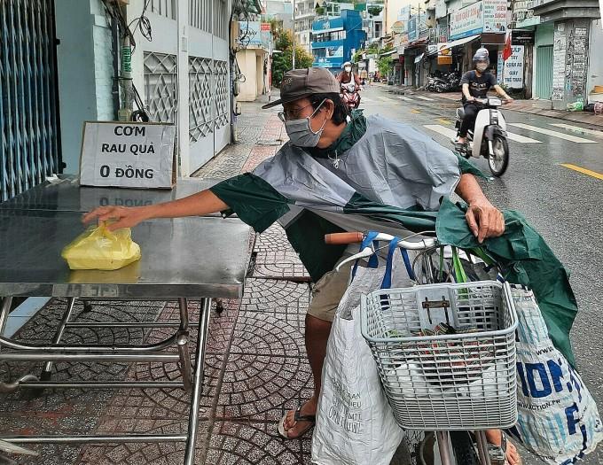 Ông Thành, làm nghề mua ve chai ghé lấy cơm lần thứ hai trưa 2/10: Ảnh: Diệp Phan.