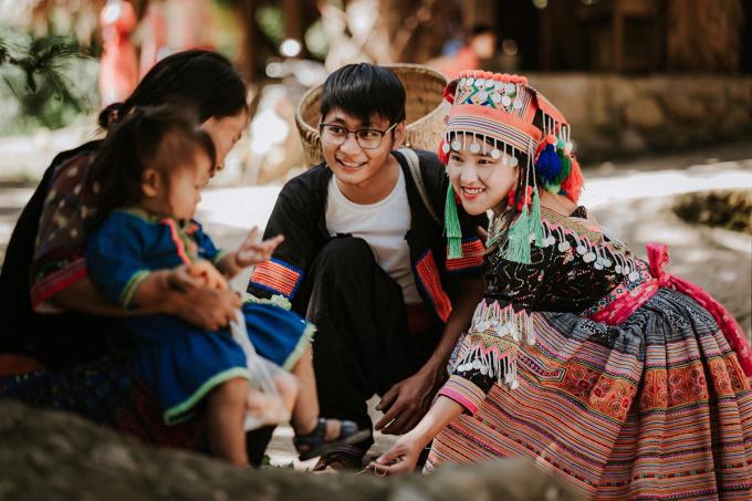 Đôi uyên ương chụp ảnh cưới trên con đường ở bản. Năm 2019, Sin Suối Hồ là một trong 4 bản làm du lịch cộng đồng tốt nhất Việt Nam. Ảnh: Nguyễn Xuân Lộc