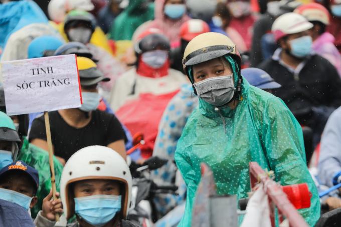 Hàng nghìn người dân chờ ở chốt kiểm soát trên quốc lộ 1A, huyện Bình Chánh TP HCM để chờ về quê ở các tỉnh miền Tây, ngày 1/10/2021. Ảnh: Quỳnh Trần/VnExpress