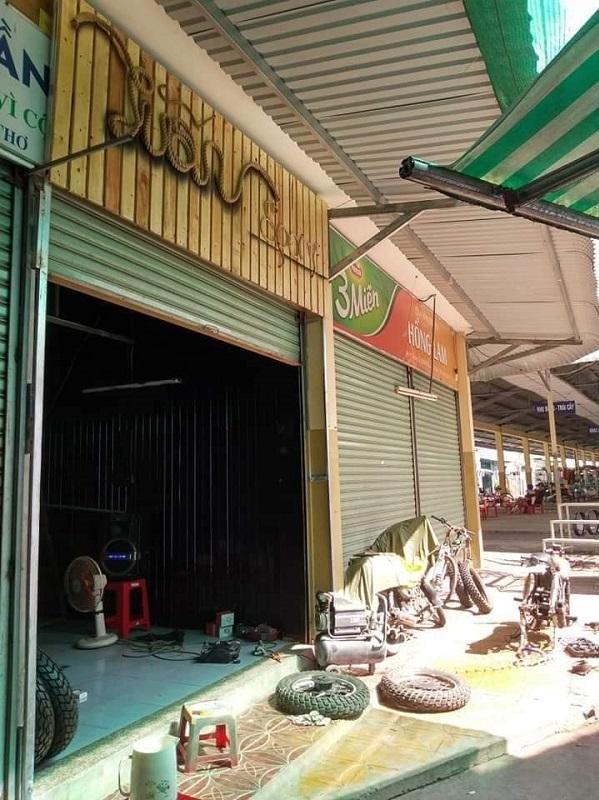 Tiệm sửa xe của anh Nguyễn Hoàng Giang ở ki ốt chợ An Cư, năm 2018, chỉ có vài dụng cụ đơn giản, mượn từ bạn bè. Ảnh nhân vật cung cấp