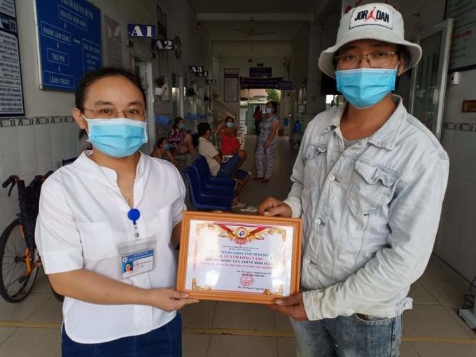 Anh Tuấn nhận bằng tri ân của bệnh viện Đa khoa Tâm Anh Đức vì hỗ trợ xuất ăn miễn phí, lấy tên Vũ Đình Tuấn. Ảnh nhân vật cung cấp