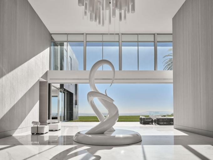 Sảnh vào có trần cao tám mét, được trang trí với tác phẩm điêu khắc và đèn chùm. Douglas Friedman
