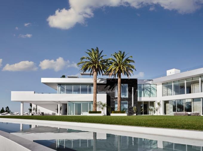 Bên ngoài The One Bel Air là bể bơi và những cây cọ cao gần 10 mét. Ảnh: Douglas Friedman