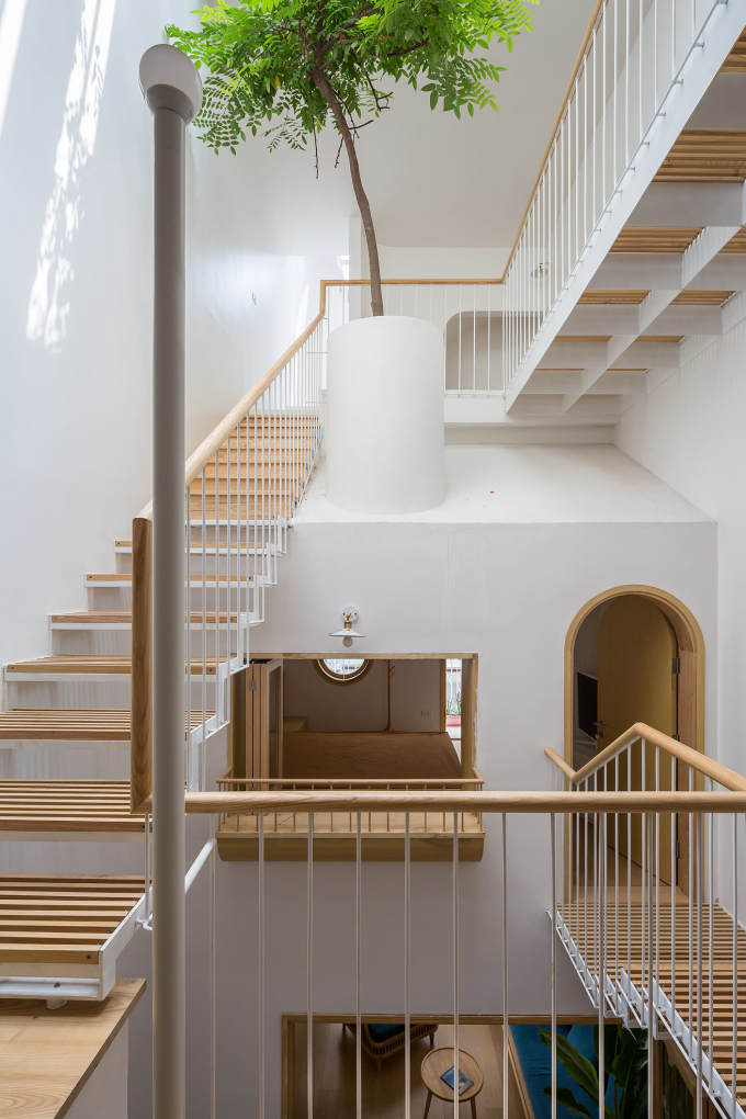 Thang và sàn bằng lam gỗ đưa ánh sáng xuống những nơi sâu nhất của căn nhà.