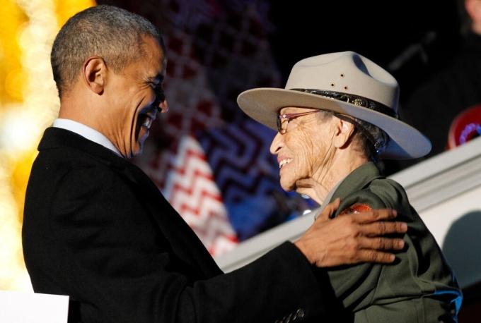 Cựu Tổng thống Barack Obama chào đón Betty Reid Soskin tại một buổi thắp sáng cây thông Noel ở Washington năm 2015. Ảnh: Paul Morigi/ Getty