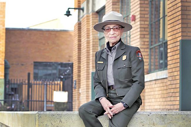 Cụ Betty Reid Soskin trong tự hào trong bộ đồng phục ở sinh nhật tuổi 100. Ảnh: Washington Post