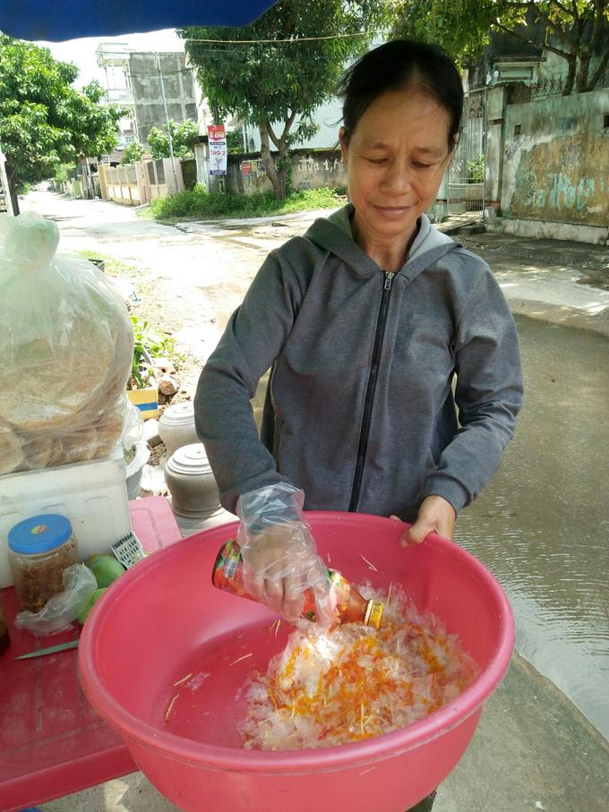 Bà Trương Thị Gái đang trộn bánh tráng để bán, trưa 12/10 tại Quảng Thái, Quảng Xương, Thanh Hóa. Ảnh: Mai Hiền