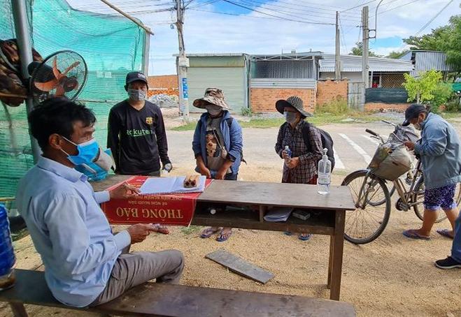 Bốn người trong gia đình anh Bình đạp xe từ Đồng Nai về Nghệ An, dừng khai báo tại chốt kiểm soát Chung Mỹ (thị trấn Phước Dân, huyện Ninh Phước, tỉnh Ninh Thuận) hôm 19/7. Ảnh: Tuổi trẻ Công an huyện Ninh Phước.