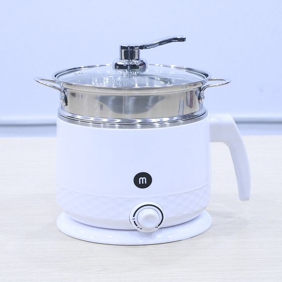 Ca nấu siêu tốc inox 304 Mishio MK214A 1,5 lít kèm xửng hấp giảm 25% còn 449.000 đồng; công suất 600 W giúp đun sôi nước chỉ trong vòng 5- 7 phút. Nắp kính trong suốt giúp bạn dễ dàng quan sát tình trạng bên trong. Bạn có thể sử dụng ấm để nấu mì, lẩu, cháo, hấp trứng...; thích hợp cho 1- 2 người ăn hoặc mang theo khi đi du lịch. Tiện dụng hơn nữa khi bạn nấu đồ ăn nhanh ở cơ quan.