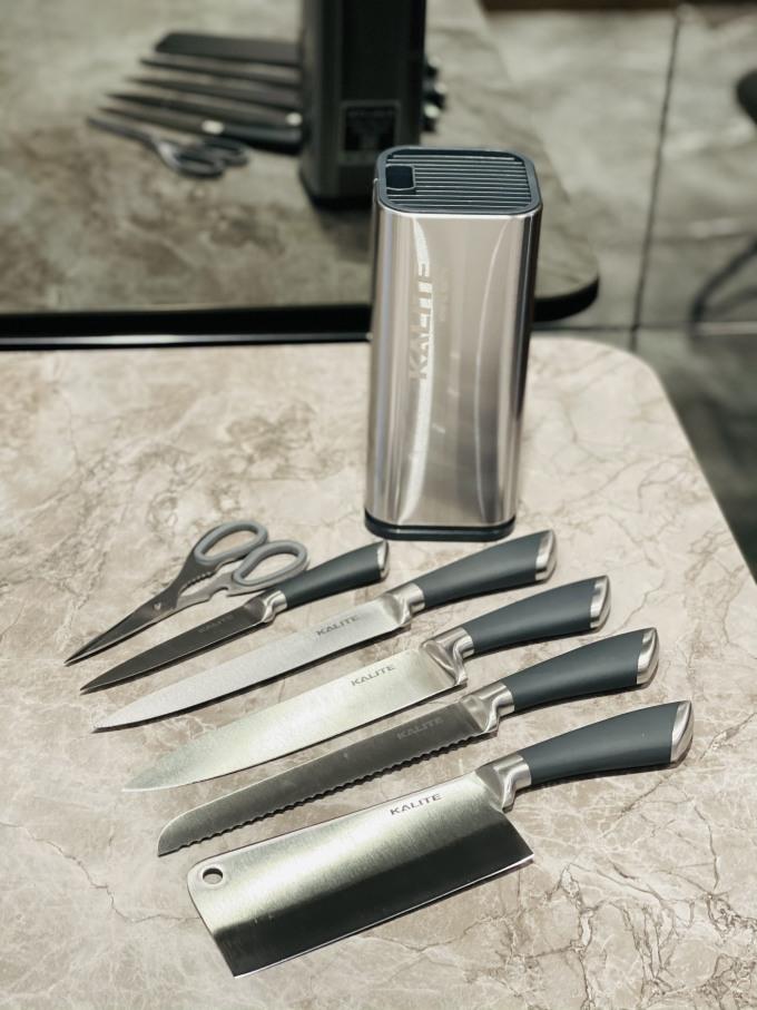 Bộ dao kéo inox 7 món Kalite KL 191 giảm 990.000đ (- 31 %)Bộ sản phẩm bao gồm: 5 dao, 1 kéo, 1 giá đựngChất liệu Inox tạo nên sản phẩm là Inox nguyên khối cao cấp, giúp lưỡi dao tạo được sự liền mạch hơn, hạn chế khe hở xuất hiện để vi khuẩn có cơ hội xâm nhập ảnh hưởng xấu đến thực phẩm. Chất liệu Inox này cũng tạo nên bề mặt dao sáng bóng, tăng cao khả năng chống bám bẩn và giúp cho quá trình vệ sinh trở nên dễ dàng hơn. - Lưỡi dao có độ dày tiêu chuẩn, hoàn hảo, tinh xảo qua từng đường nét, được ứng dụng công nghệ Friodur. Lưỡi dao được xử lý ở mức nhiệt cao nên đạt tính bền cơ học, chống bám dầu mỡ, chống ăn mòn ưu việt, nên khi tiếp xúc với những thực phẩm chứa axit chúng ta sẽ hoàn toàn không phải lo lắng về việc dao bị gỉ sét. Bên cạnh đó, dao có độ sắc tuyệt đối, có khả năng cắt được mọi loại thực phẩm dù là thực phẩm đông lạnh. - Tay cầm bộ dao, kéo được bọc bằng silicon cao cấp chống ma sát, giúp người dùng cầm chắc tay hơn, đảm bảo sự thoải mái khi sử dụng trong thời gian dài. - Bộ dao cao cấp Kalite 191 còn trang bị thêm kéo chịu lực thông minh có thể cắt xương gà, xương vịt, cắt mọi loại thực phẩm một cách dễ dàng nhất.
